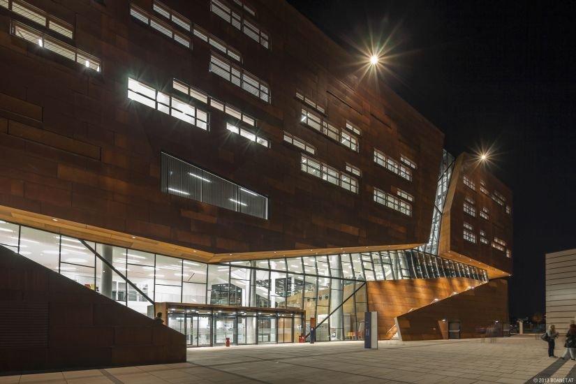 Ansicht des Einganges zum Hörsaalzentrum am Campus WU Wien bei Nacht